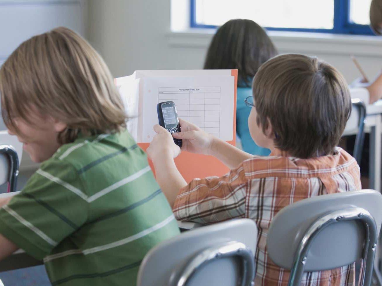 El niño fue regañado por su maestro por usar el celular en clase