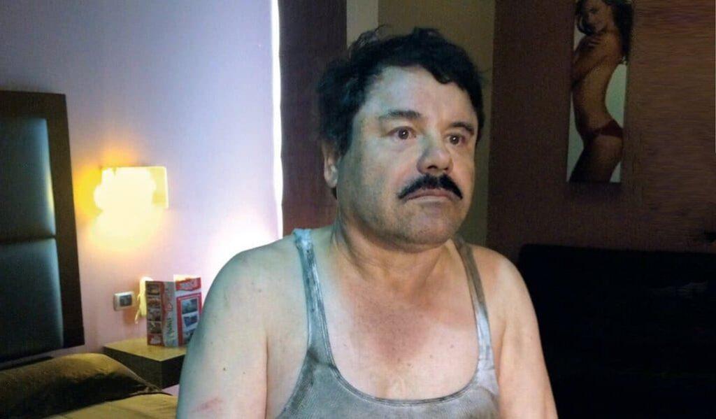 Con la mirada perdida y la incertidumbre reflejada en el rostro, El Chapo espera su traslado.