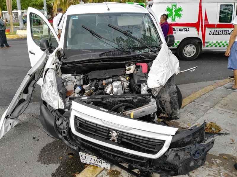 Choque de Van deja cuatro lesionados en carretera a Playa del Carmen