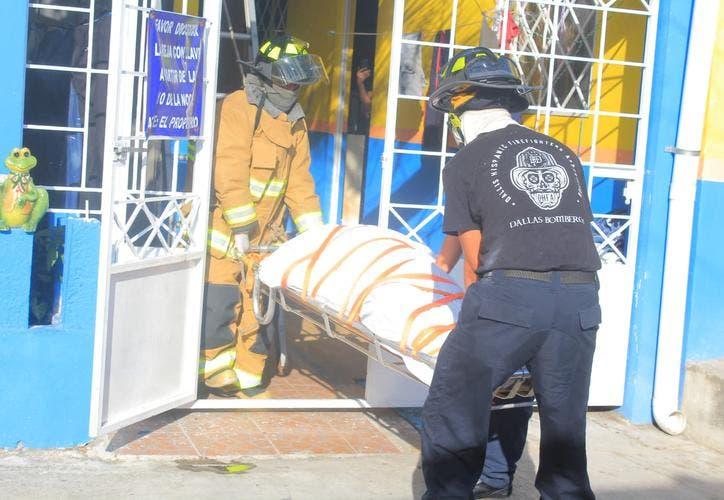 Encuentran empleado de cine muerto en su cama en Playa del Carmen