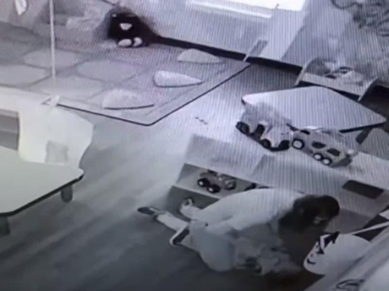 Captan a una mujer golpeando a un niño de 4 años