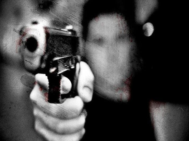 El padrastro le disparo a su mujer y apuñalo a su hijo