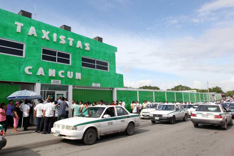Suspenden a dos taxistas por robo y posesión de armas