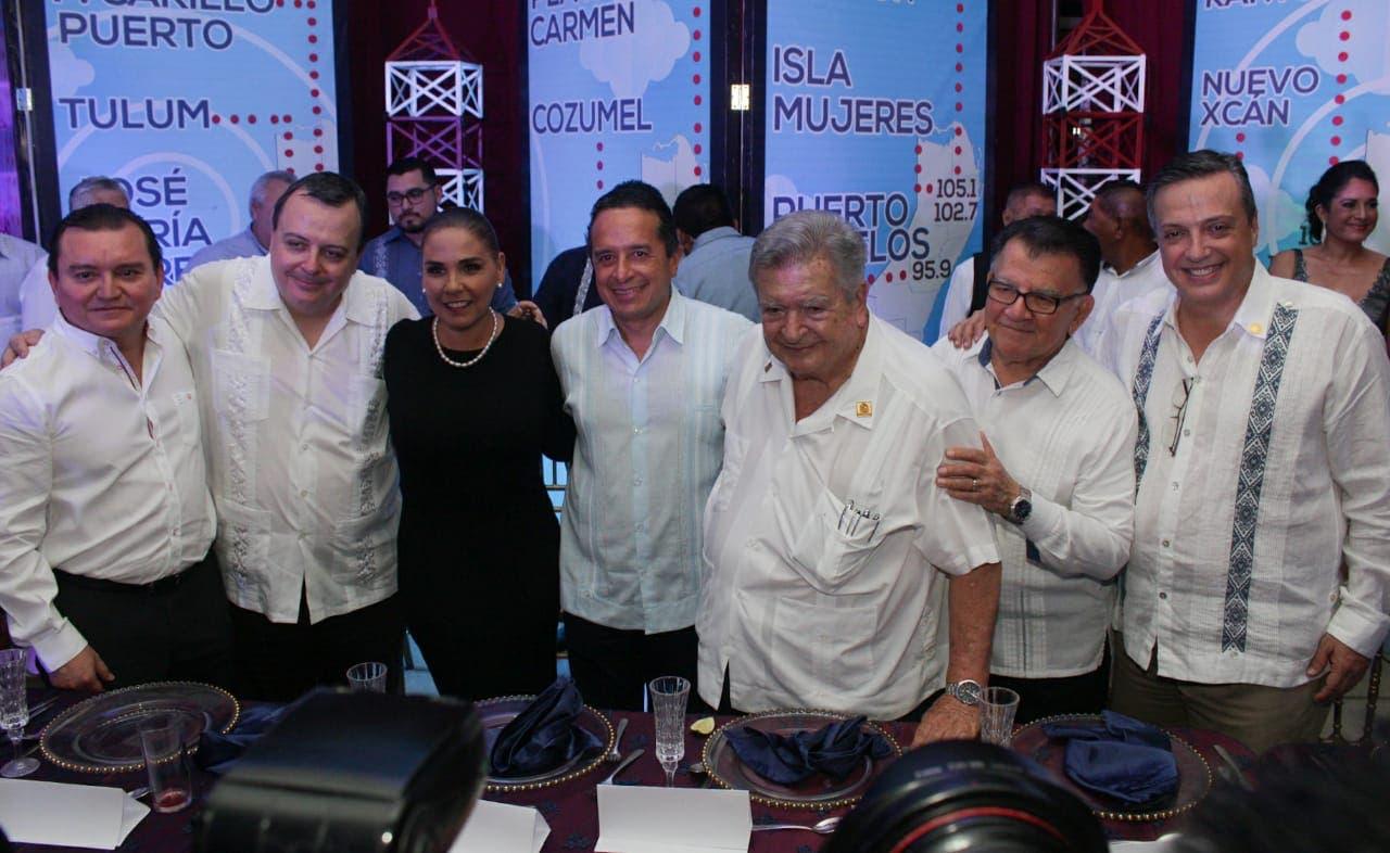 Funcionarios de primer nivel, empresarios, familiares e invitados especiales, acudieron a felicitar a Don Gastón Alegre por el 29 aniversario de Radio Turquesa.