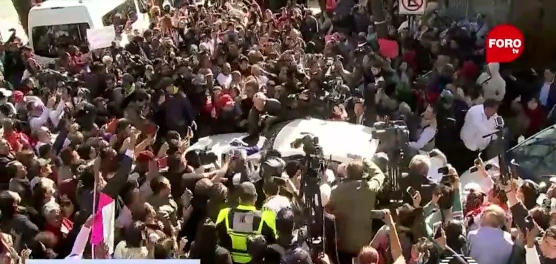 Salida del ya casi Presidente de México, Andrés Manuel López Obrador, de su casa de transición.