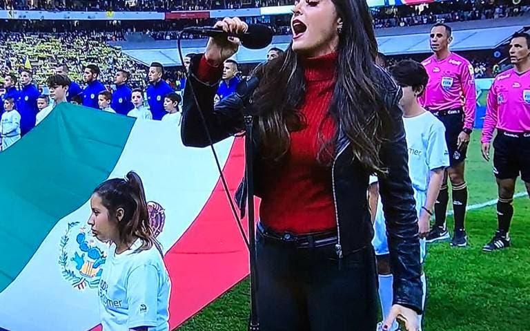 ¡Qué oso! Ana Bárbara cambia letra del Himno Nacional en la Final del Futbol Mexicano