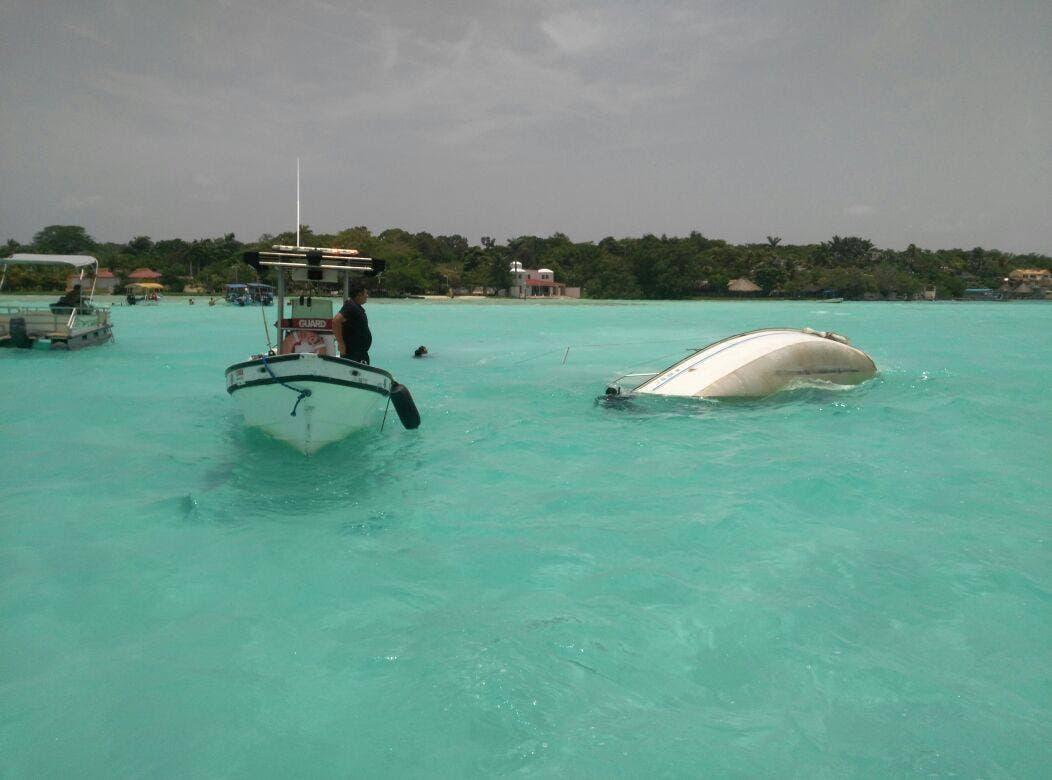 Vuelca velero en Bacalar; rescatan a tripulantes