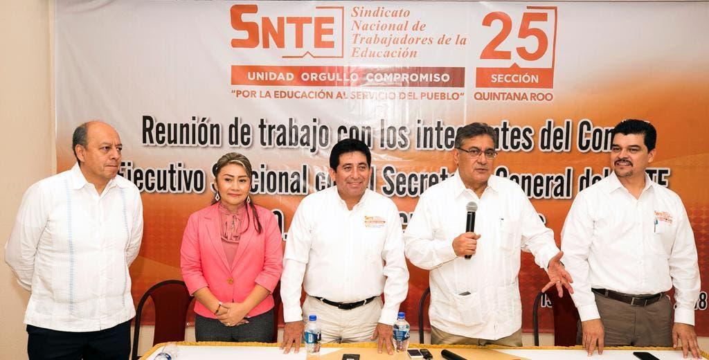 Alfonso Cepeda se reúne con el magisterio de Quintana Roo