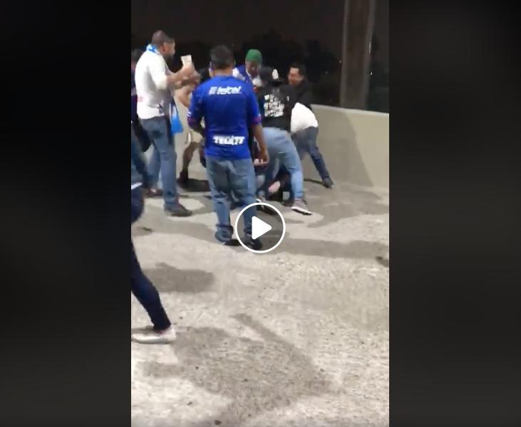 Liga MX: Aficionados de Cruz Azul golpean a americanista (VIDEO)