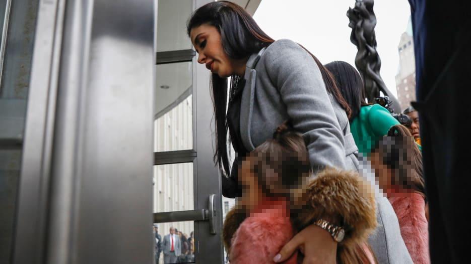 Resguardadas por su madre y una acompañante las gemelas entraron a la Corte.