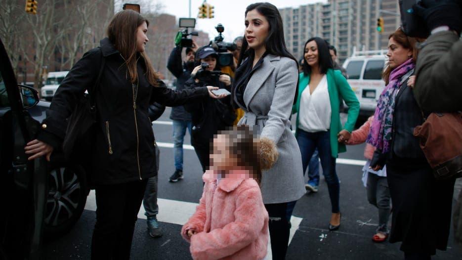 Las niñas saludaron a lo lejos a su padre, intercambiando besos al viento.