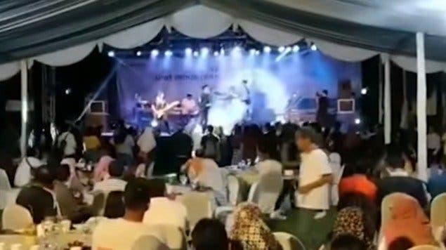 ¡Impresionante! Graban Tsunami durante concierto donde se cae el escenario en Indonesia