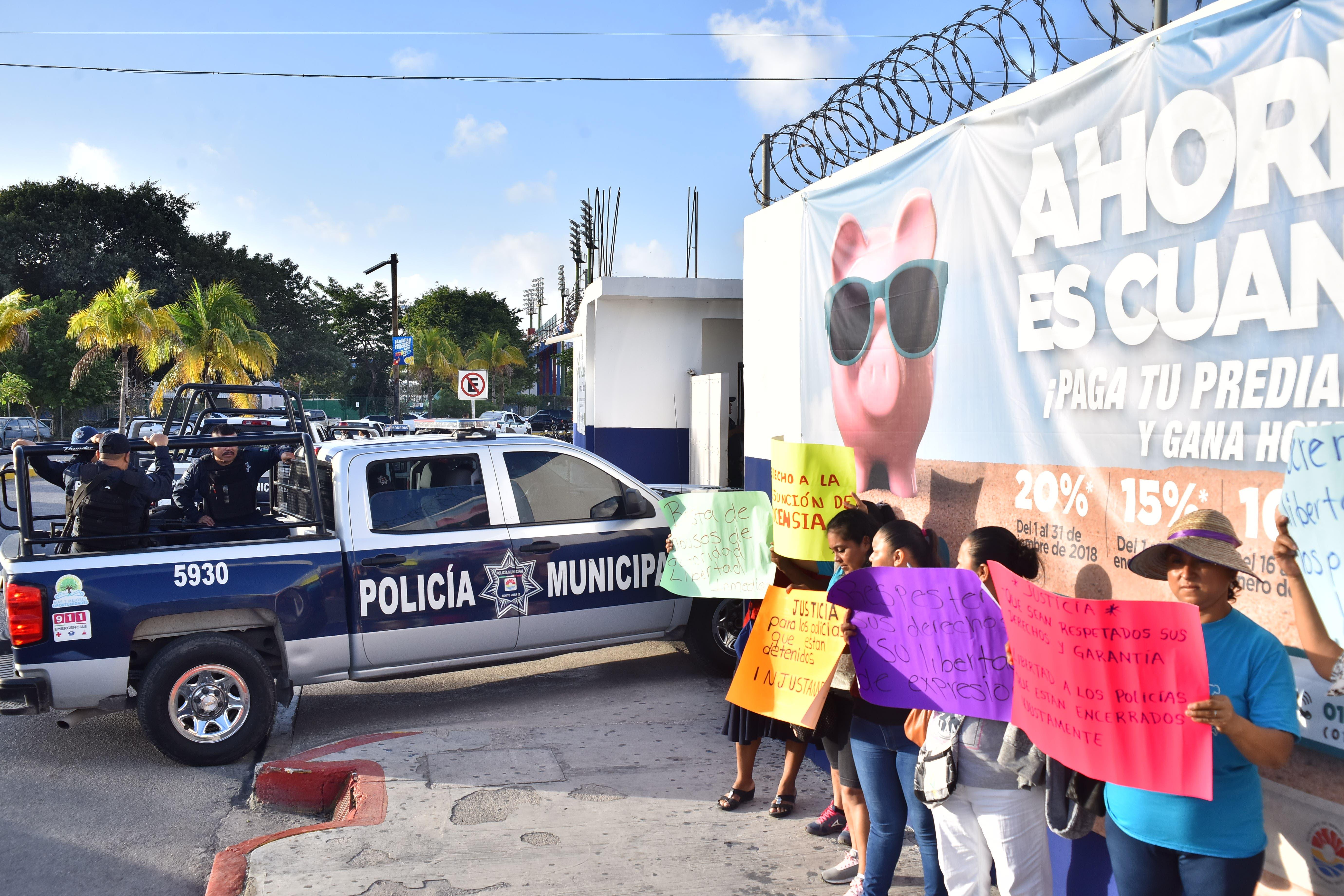Exigen liberación de 16 policías presos en Cancún
