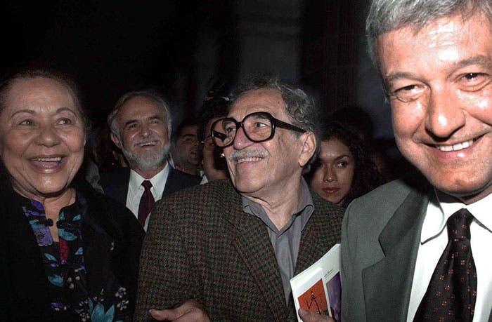 """AMLO junto al """"Gabo"""" en la Feria del Libro de la Ciudad de México, en 2003. Foto: Cuartoscuro."""