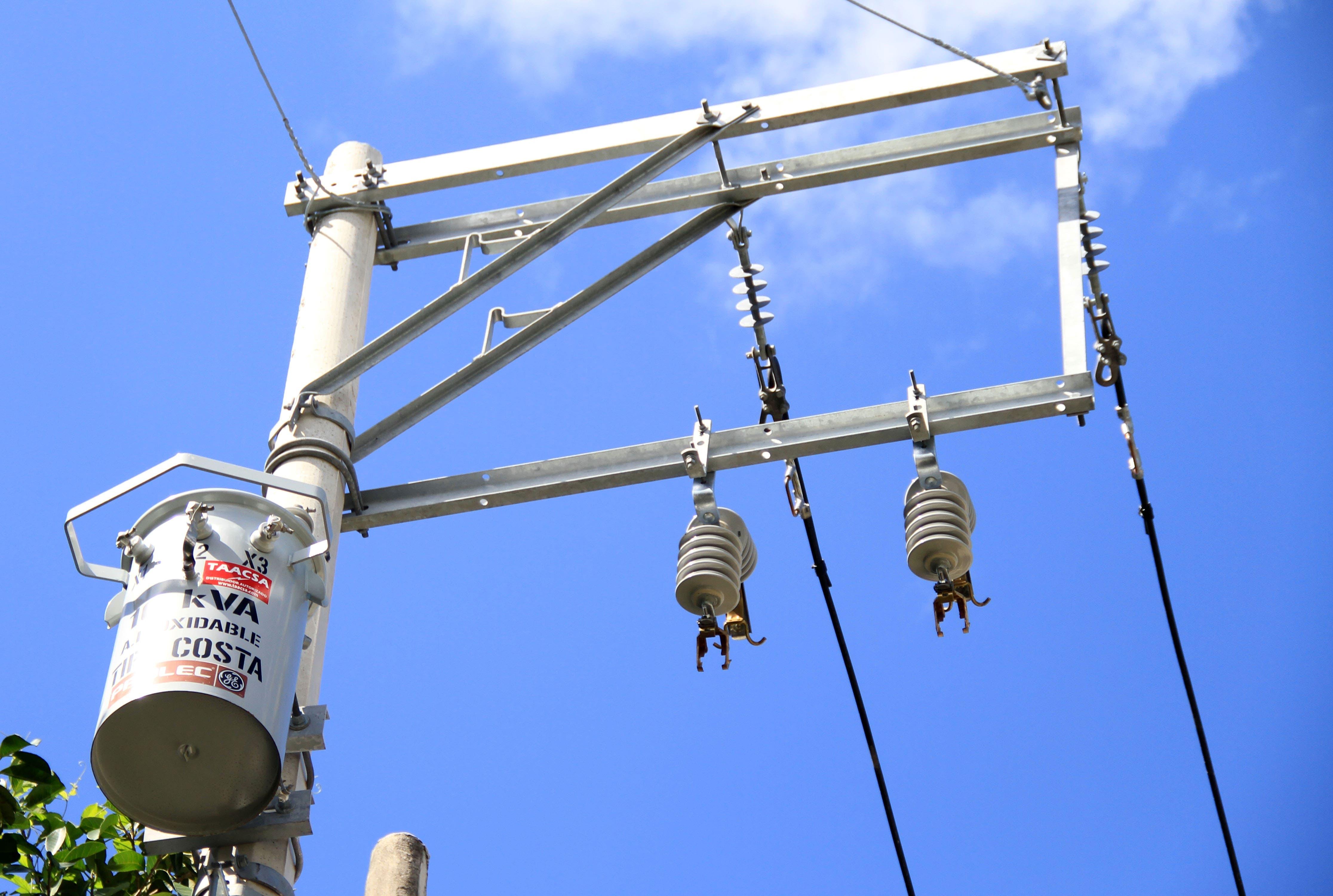 Laura Fernández atiende solicitudes de servicio de energía eléctrica