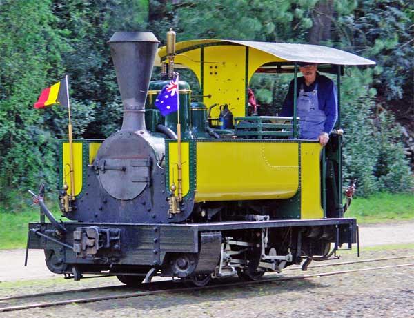 La única locomotora Couillet 986 operativa en el mundo, pertenece al parque temático australiano The puffing Billy.