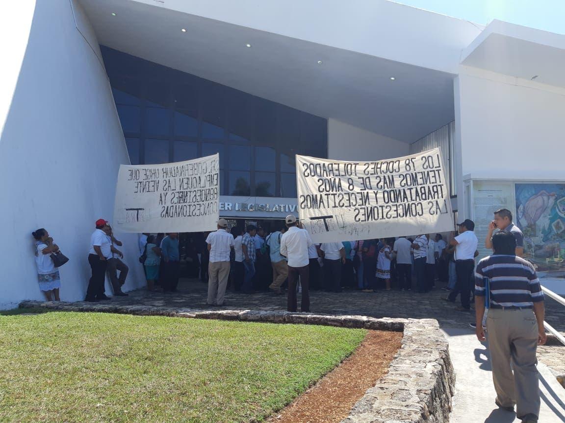 Protestan integrantes de la Untrac en el Congreso