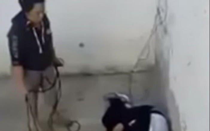 VIDEO Madre le da golpiza a su hijo con cableVIDEO Madre le da golpiza a su hijo con cable