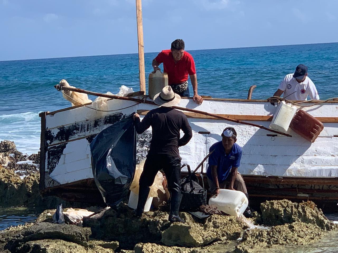 Desmantelan nave rústica que encalló en Puerto Aventuras