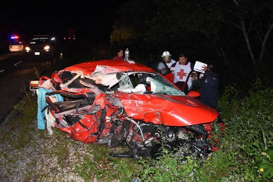 Choca auto contra tráiler estacionado; dos muertos