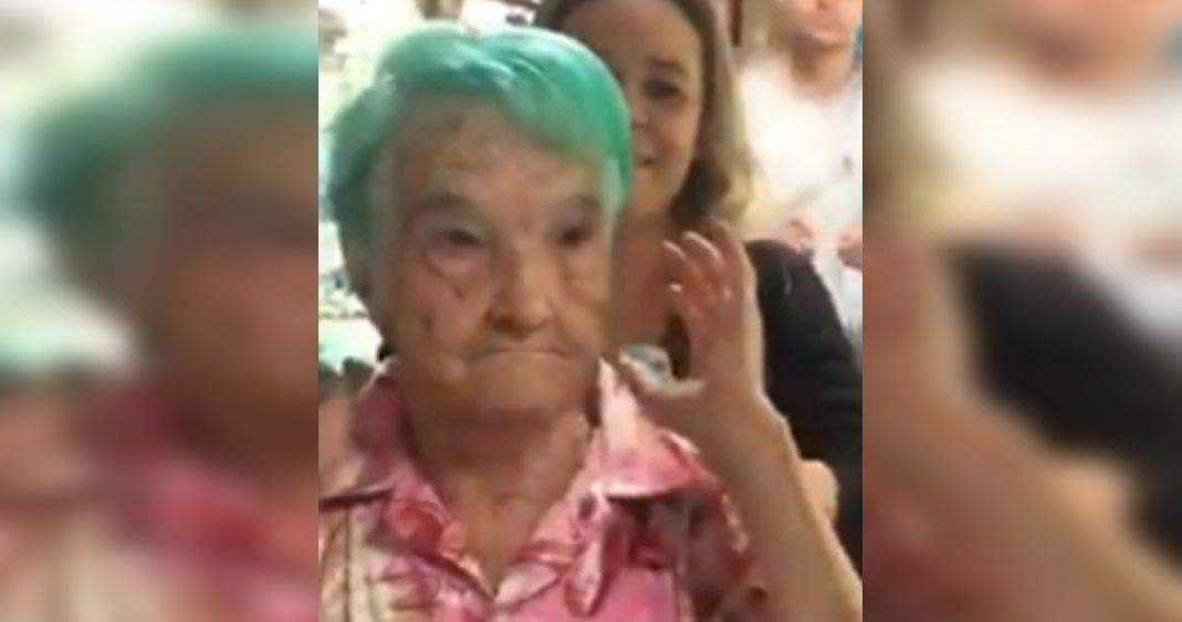 Vídeo: Abuelita causa sensación en redes sociales al pintarse el cabello de verde