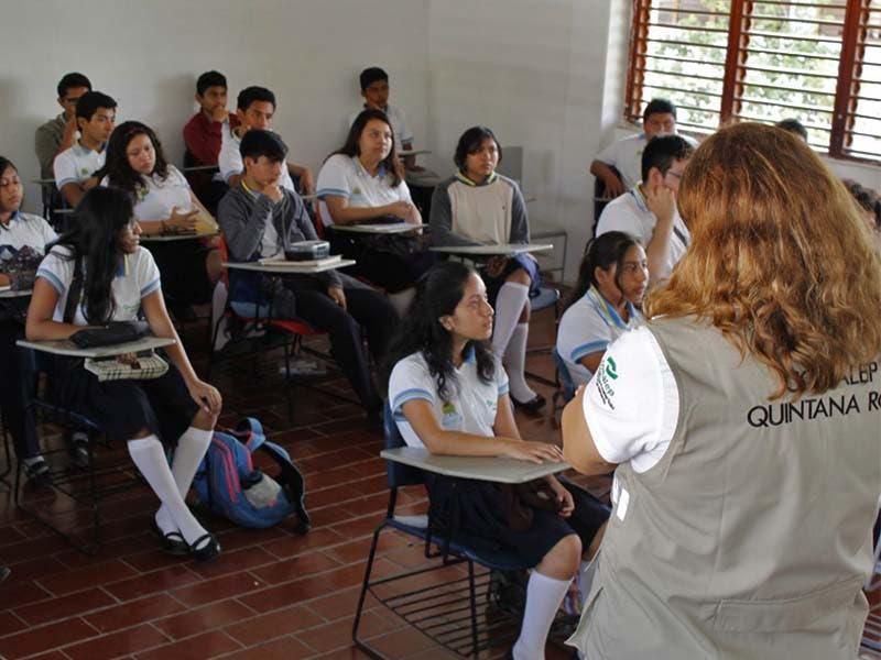 Alumnos de los Conalep en Quintana Roo del sector turismo podrán ser capacitados por la Agencia de Cooperación Alemana. Los alumnos del Conalep en Quintana Roo que estudian y se especializan en el sector de turismo, tendrán mejores oportunidades de capacitación, gracias al resultado de los trabajos coordinados con el Programa de Fortalecimiento del Modelo Mexicano de Formación Dual de la Agencia de Cooperación Alemana para el Desarrollo Sustentable en México (GIZ). Buscan fomentar el desarrollo de estrategias a alumnos de Conalep Q.roo Ya que en días pasados, Torsten Kinkle, director de este programa, realizó una gira de trabajo en la entidad y estuvo acompañado por Aníbal José Montalvo Pérez, director general del CONALEP. Asimismo, el director de Formación Dual, estuvo en reuniones de trabajo con estudiantes, docentes y directivos que participan en este modelo dual que fortalece el sector turismo. Este trabajo coordinado permitirá el desarrollo de estrategias de competencias verdes, esquemas de capacitación y certificación a docentes e instructores en las empresas.