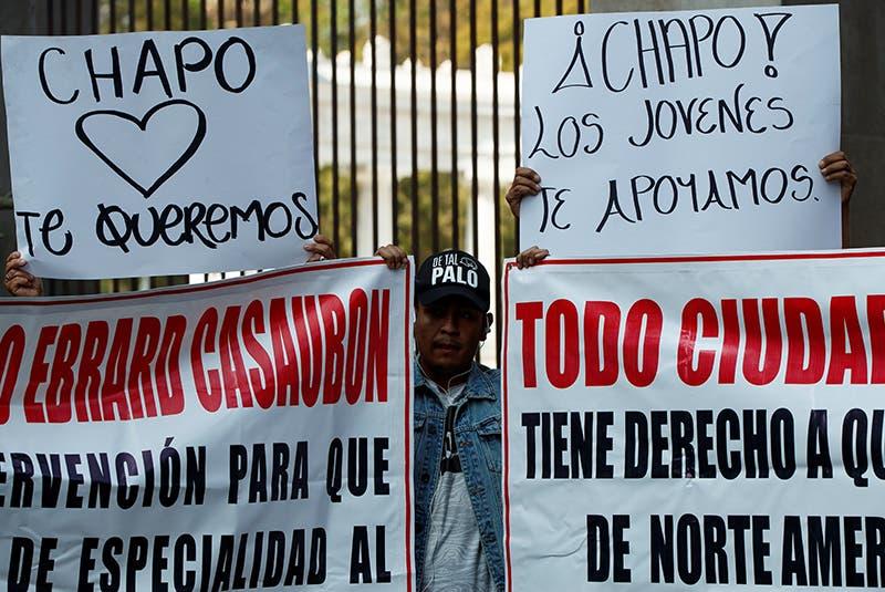"""Carteles de apoyo a """"El Chapo"""" durante una manifestación en defensa de los derechos humanos de Joaquín """"el Chapo"""" Guzmán Loera hoy, ante la sede de la Secretaría de Relaciones Exteriores."""