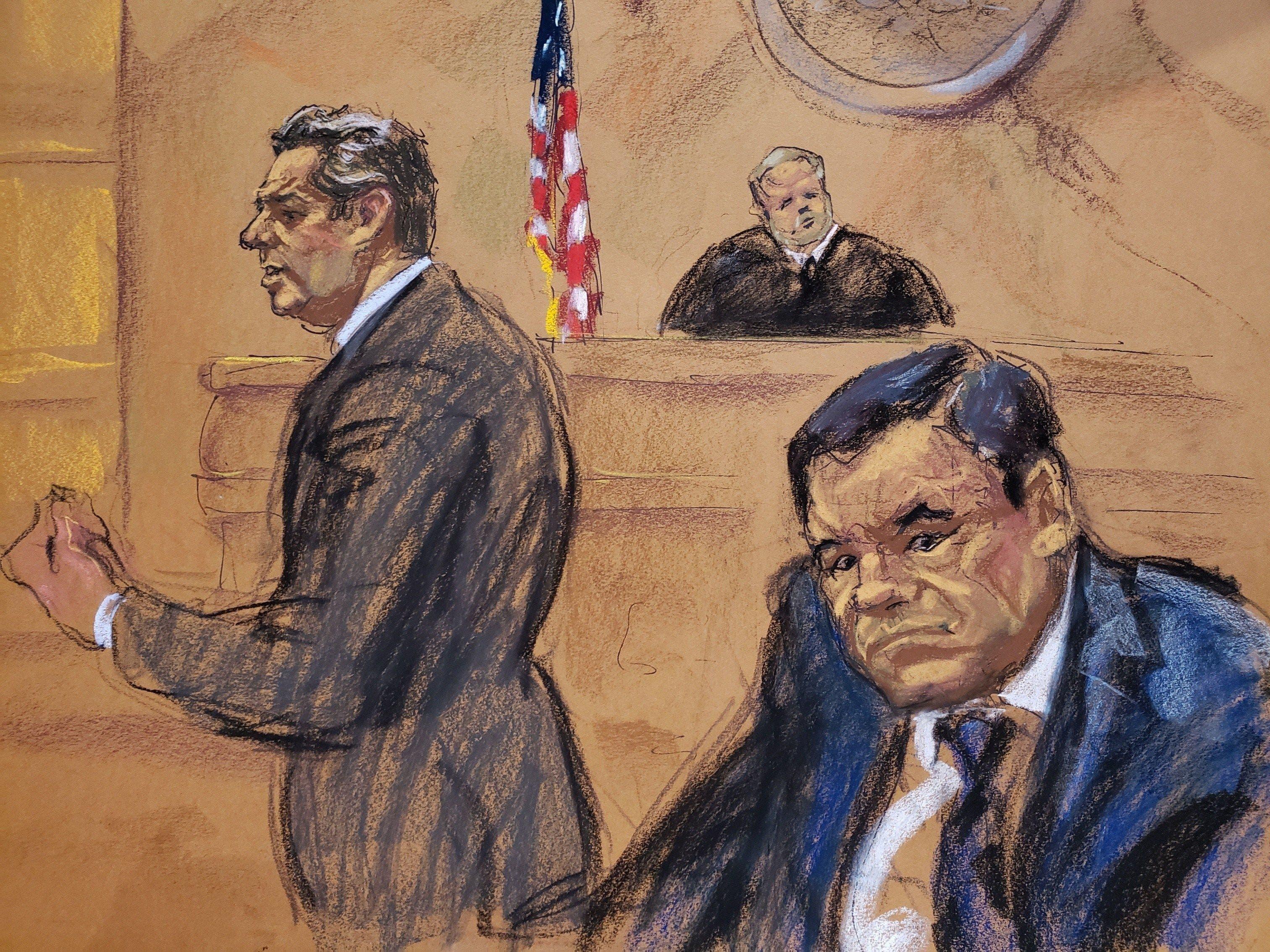 """El abogado Jeffrey Lichtman (i), presenta sus recursos frente al juez Brian Cogan (c) y su cliente, Joaquín """"El Chapo"""" Guzmán."""