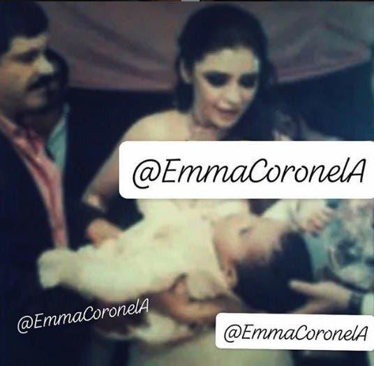 Imagen tomada del Instagram de Emma Coronel, donde se aprecia ella y su esposo, Joaquín Guzmán Loera, durante el bautizo de sus hijas.