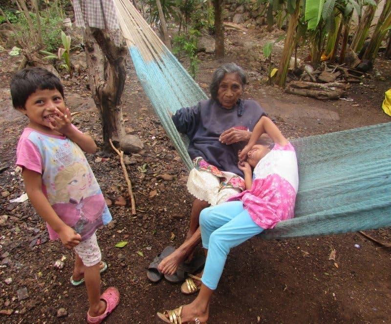 Niñas abandonadas necesitan ayuda con URGENCIA