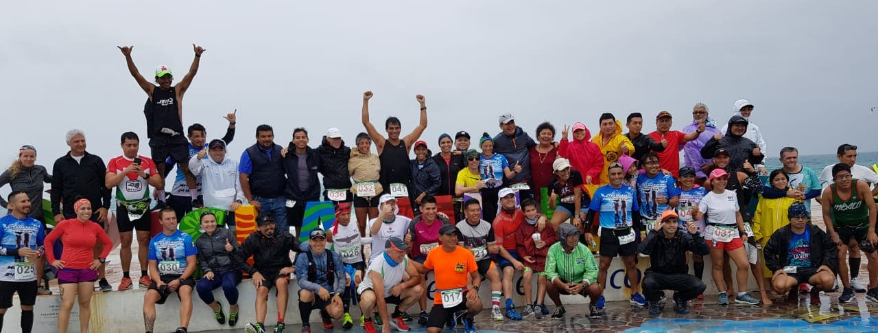 Foto de los competidores del Ultramaratón con los encargados municipales de dicho evento.