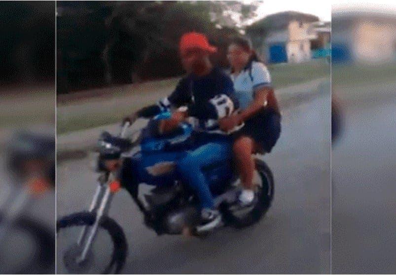 Vídeo: ¡Por andar de presumido! Pareja se cae de moto al hacer acrobacia y la chica se va de hocico al asfalto