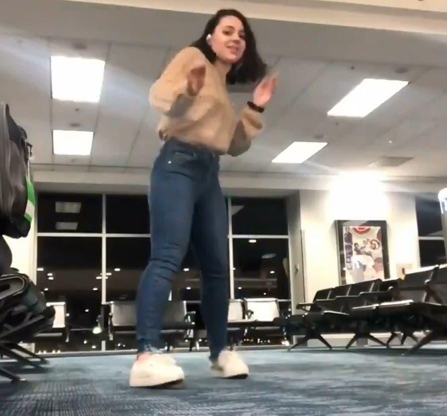 Vídeo: Chica pierde vuelo y mientras esperaba baila en la sala de un aeropuerto