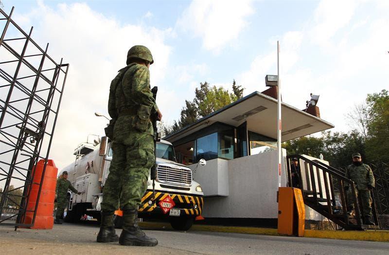 Elementos del Ejército en labores de vigilancia a pipas con combustible.