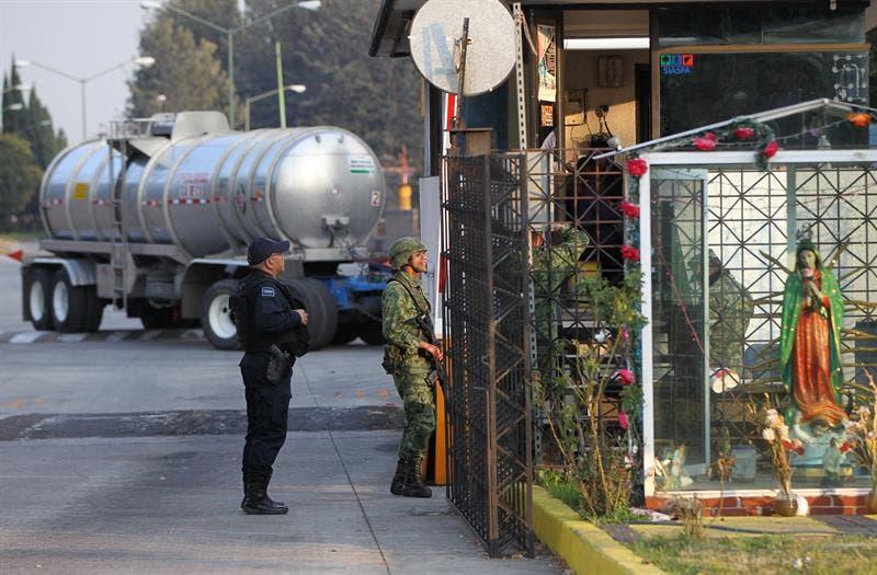 La Fuerza Aérea, la Marina Armada de México y personal del Ejército en tierra, en vigilancia permanente resguardando los bienes de la Nación.