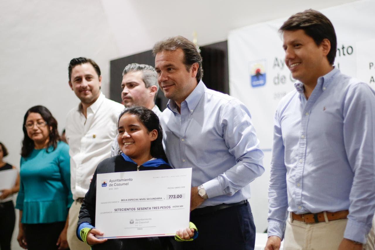 Presidente Pedro Joaquín entrega becas