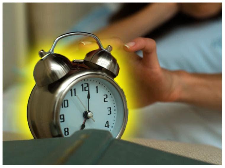Gobernador regala despertadores a empleados impuntuales