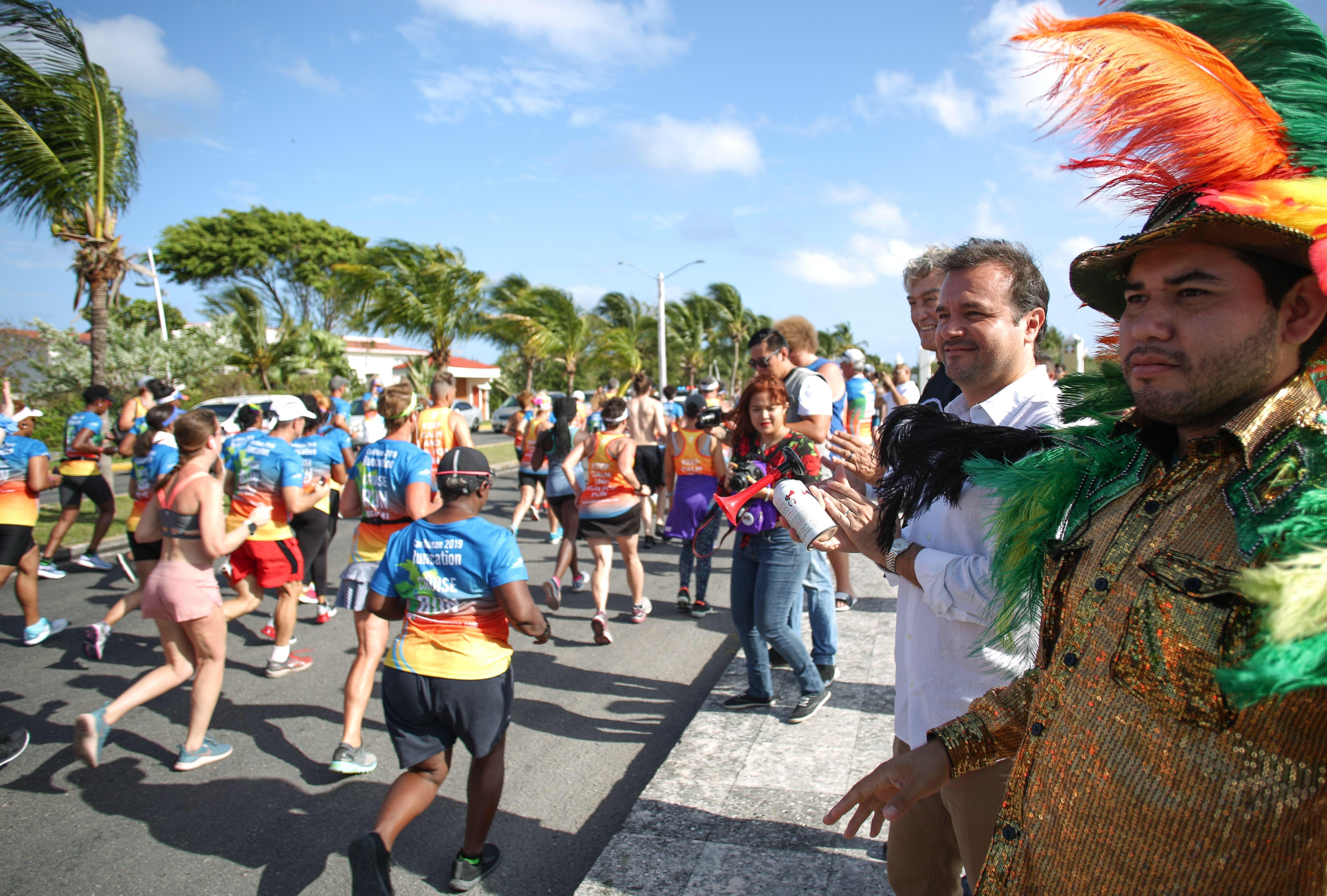El Presidente de Cozumel viendo la salida de los participantes