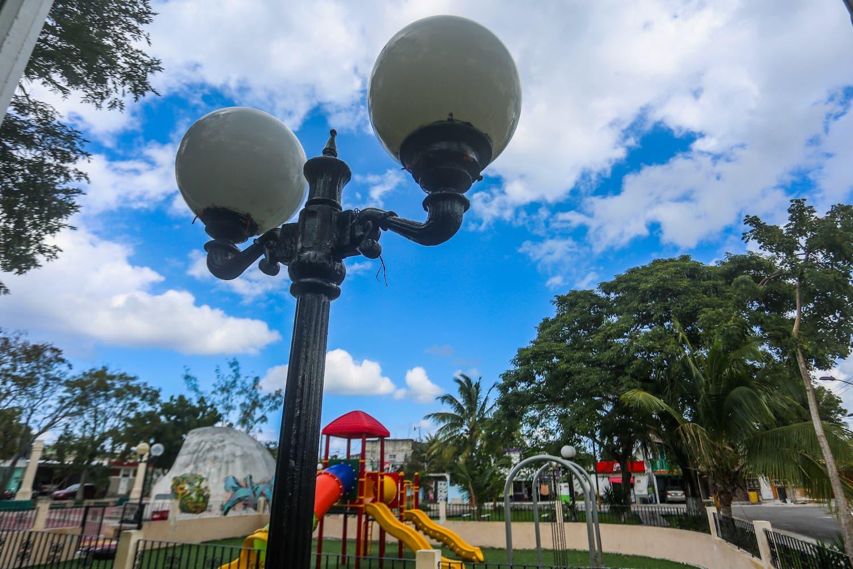Pedro Joaquín ilumina espacios públicos de Cozumel