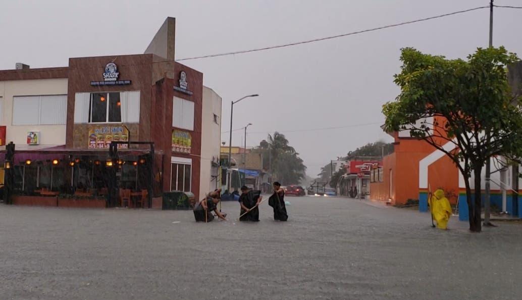 Por lluvias suspenden clases en Playa del Carmen