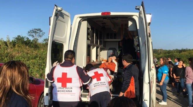 Agentes de rescate auxiliando