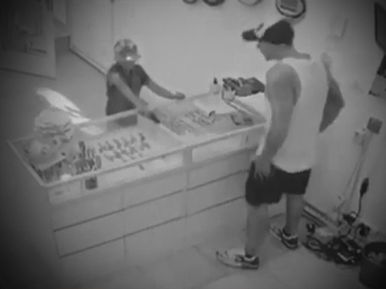 Niño con pistola intenta robar en joyería