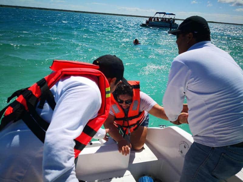 Secretaría de Marina-Armada rescata a doce personas en Bacalar.