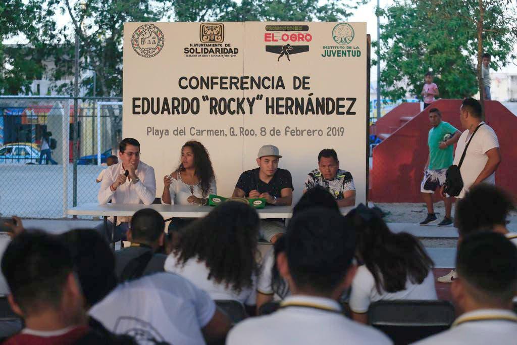 Boxeador invita a los jóvenes a que dejen las adicciones