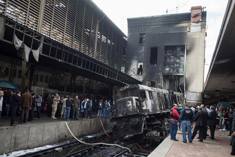 Tragedia en el Cairo; se incendia tren en estación, mueren 25 personas