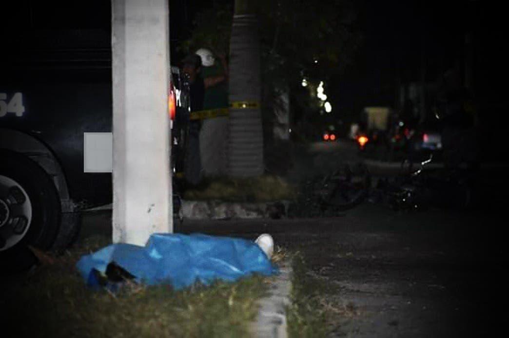 Jóvenes se accidentan en moto por ir a exceso de velocidad; uno muere