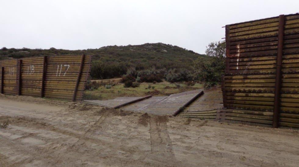 "Tira ""pollero"" parte del muro y choca con Patrulla Fronteriza"