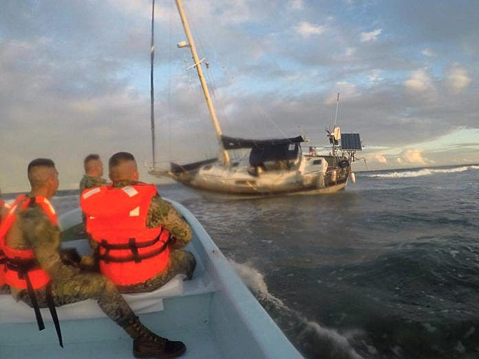 CONANP realiza acciones de rescate del velero encallado en Xcalak