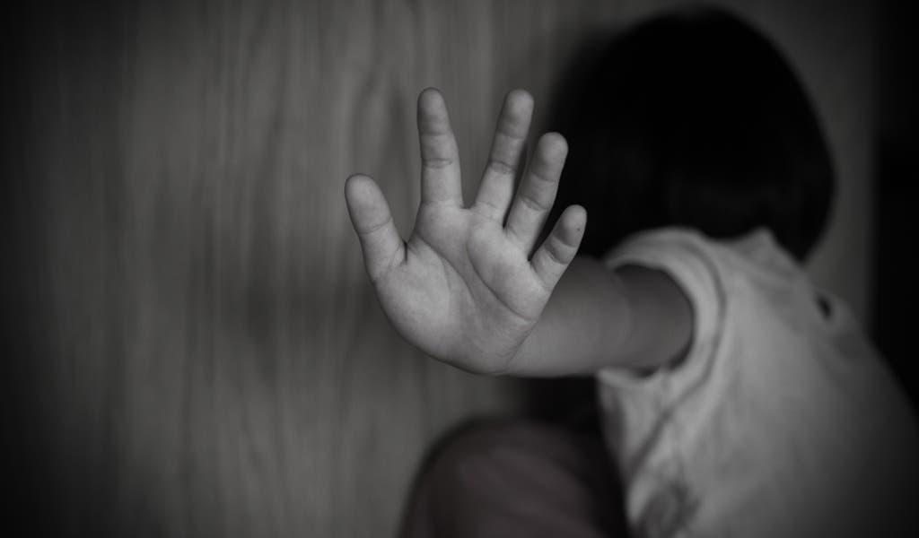 Rescatan a niño mientras lo violaba su padrastro