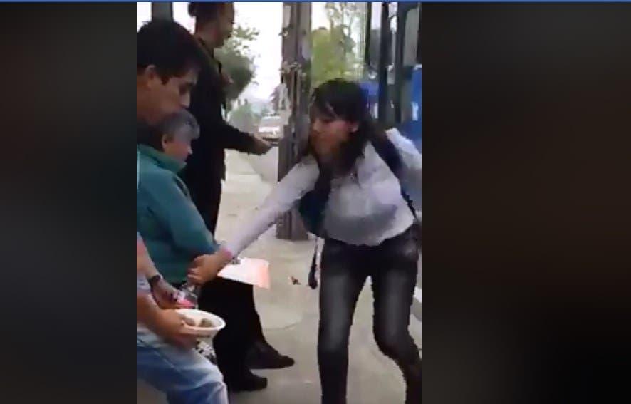 Vídeo: Pareja discute en parada de autobús y la chica le quita chesco de las manos a chavo